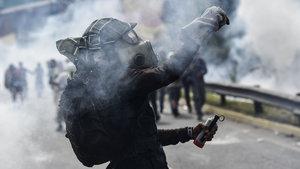 Venezuela'da Chavez'in evi ateşe verildi!
