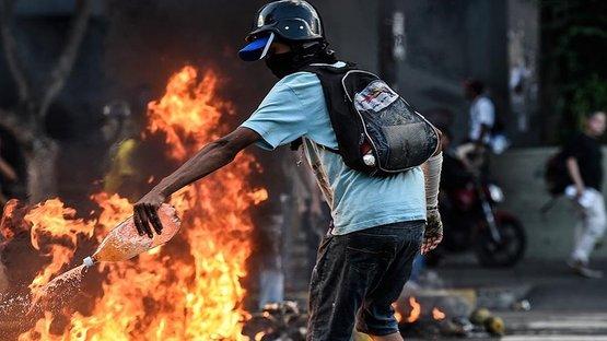 Göstericiler Chavez'in evini yaktı