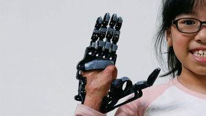 Chang Hsien-Liang 3D yazıcı ile hem kendisine hem küçük bir kıza protez el yaptı!