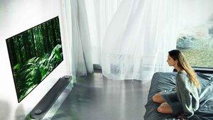 Bu televizyon duvara yapışık gibi duruyor