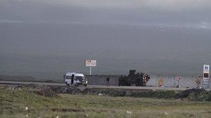 Van'da PKK'lılar yol kesip araç yaktı