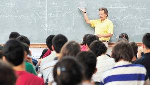 37 yıldır liselilere 'gönüllü fizik dersi' vermekten vazgeçmedi