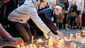 Manchester'daki terör kurbanları için Müslümanlar mum yakıp dua etti!