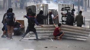 Brezilya'da bakanlıklar ateşe verildi, asker sokağa indi!