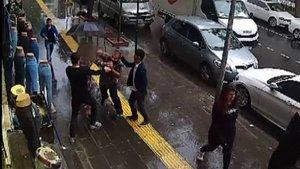 """Yoldan geçen çifte """"Burada böyle yürüyemezsiniz"""" diyerek saldırdı"""