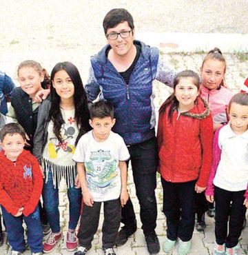 Köseler Köyü'nde 4 yıldır öğretmenlik yapan Giray Kale'ye köylüler 'Deli öğretmen' adını takmış durumda. Okulu yeni baştan yarattı ve onun öğrencileri devamsızlık yapmıyor, satranç, masa tenisi, basketbol eğitimi de alıyor