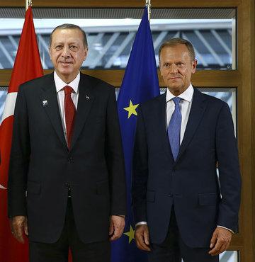 """Cumhurbaşkanı Erdoğan, NATO zirvesi için gittiği Brüksel'de AB liderleri Tusk ve Juncker'le de görüştü. Cumhurbaşkanlığı kaynakları, """"AB liderleriyle yapılan görüşmenin olumlu bir atmosferde geçtiğini ve ikili ilişkilerin canlandırılmasının önemine değinildiğini"""" açıkladı"""