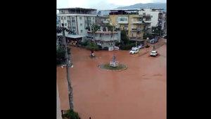 İzmir Menemen'de işyeri ve evler su altında kaldı