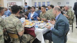 İçişleri Bakanı Soylu iftarını asker ve güvenlik korucularıyla birlikte yaptı