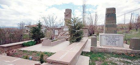 Dağcılar Mezarlığı'ndan zirveye bakan 4 dağcı