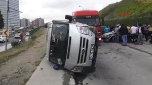 Kadıköy'de otomobil ile minibüs çarpıştı