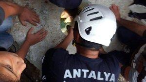 Antalya'da elektrik direği için açılan deliğe düşen çocuk kurtarıldı