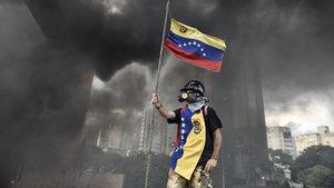 Venezuela'da göstericiler emekli bir askeri linç etti!