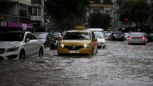 İzmir'de sokaklar dereye döndü