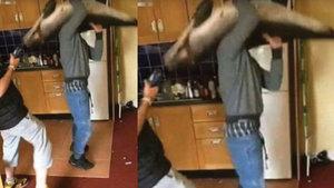 Ölü yunusla dans eden gençler infial yarattı