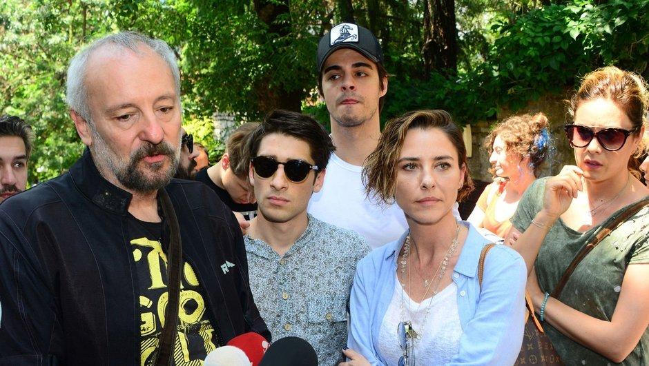 Dayan Yüreğim oyuncularından yapım şirketi önünde protesto: Paramızı alamıyoruz!
