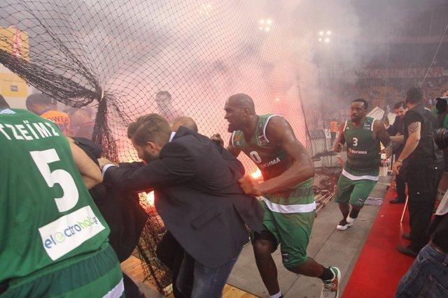 Panathinaikos Olympiakos'un sahasında şampiyon oldu ortalık karıştı!
