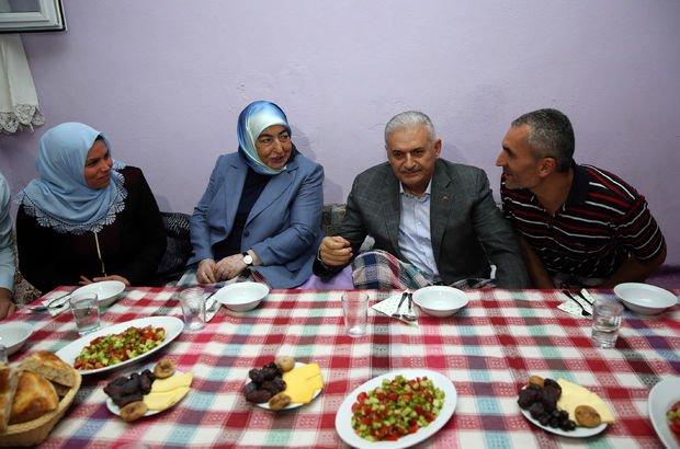 Binali Yıldırım, bir ailenin evinde iftar yaptı