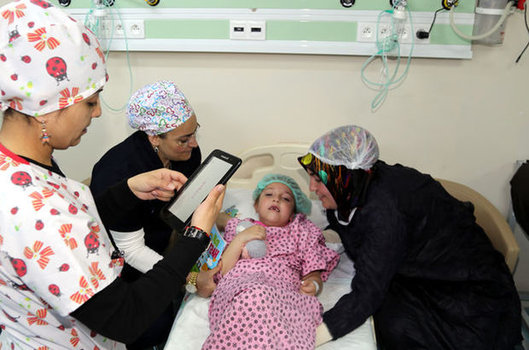 Erzurum'da Atatürk Üniversitesi Yakutiye Araştırma Hastanesi'nde çocuklar güle oynaya ameliyata gidi