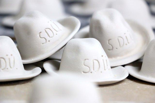 Süleyman Demirel seramikten 10 bin fötr şapkayla anılıyor