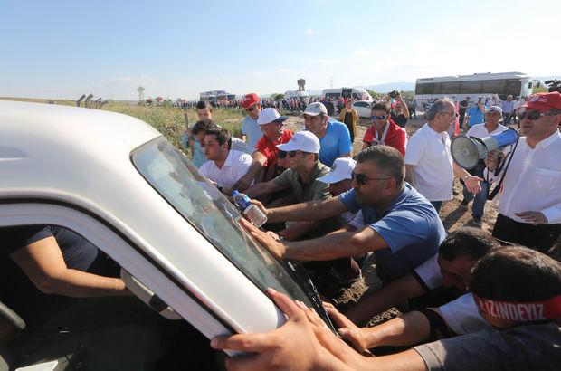 Minibüsü çamura batan vatandaşa vekiller yardım etti
