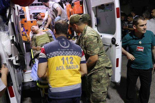 Manisa'da çok sayıda asker zehirlenme şüphesiyle hastaneye kaldırıldı