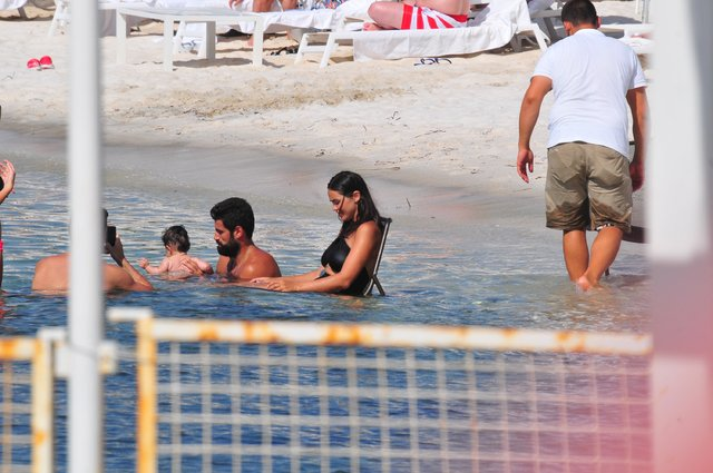 Volkan Demirel, kızı Yade ile deniz keyfi yaptı