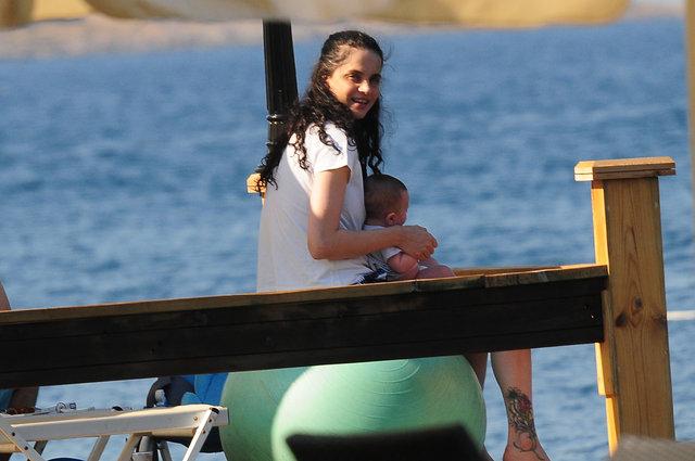 Tuğçe Kazaz denize şortla girdi