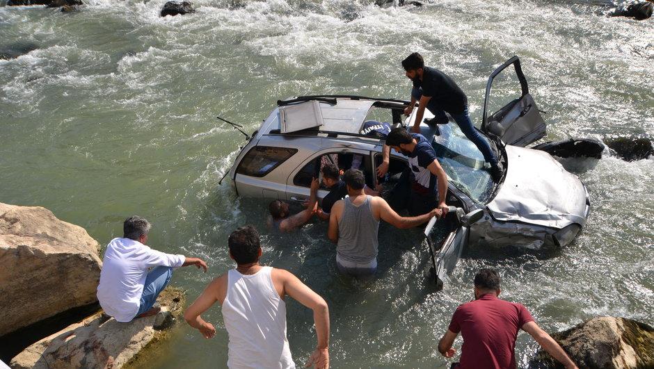 Yüksekova'da feci kaza: 1 kişi hayatını kaybetti, 3 kişi kayıp