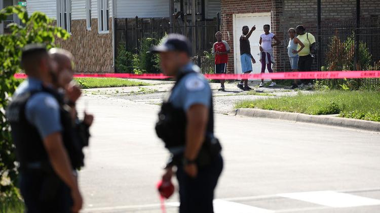 ABD'nin Chicago kentinde hafta sonu tatilinde silahlı saldırılarda 5 kişi öldü.