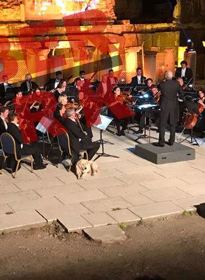 Sahnede belirdiği an alkış koptu! Dünyaca ünlü orkestranın konserinde sürpriz!