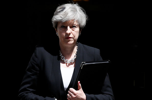 İngiltere Başbakanı Theresa May, özür diledi