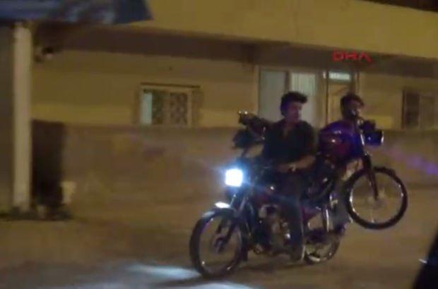 Adana'da lastiği patlayan motosikleti, başka bir motosikletle taşıdılar