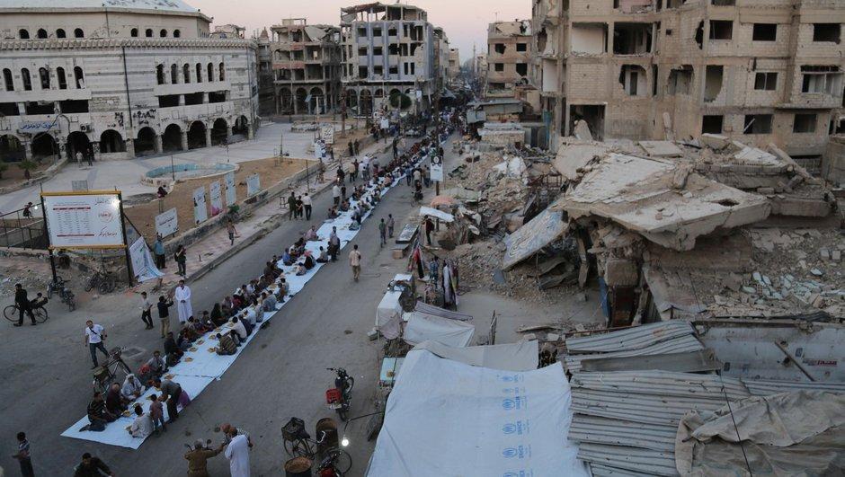 Savaşın gölgesinde 1 kilometrelik iftar sofrası!