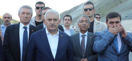 Başbakan Binali Yıldırım, 5 ölümlü kazayı görünce konvoyu durdurdu