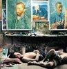 Çin'in güneydoğusundaki Guangdong Eyaleti'nin banliyölerinden Shenzhen... Tam ortasında Dafen Köyü ve birkaç kilometrekarede 10 bin ressam... Her yıl 5 milyon tabloyu orijinaline sadık kalarak kopyalıyorlar. İtalyan fotoğrafçı Susetta Bozzi, 40 gün boyunca Dafen'i fotoğraflamış