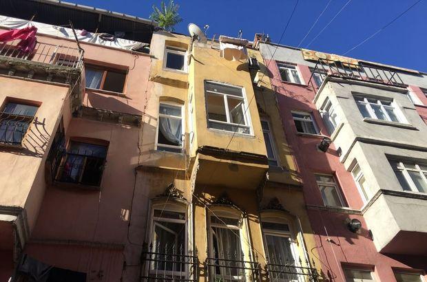 İstanbul Fatih'te 4 katlı bir binanın çatısı çöktü: 1 kişi hayatını kaybetti
