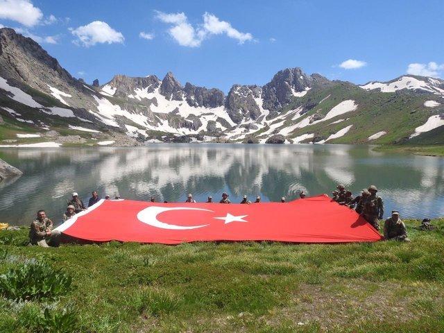 Hakkari'de PKK'lı teröristlerden temizlenen bölgede dev Türk bayrağı