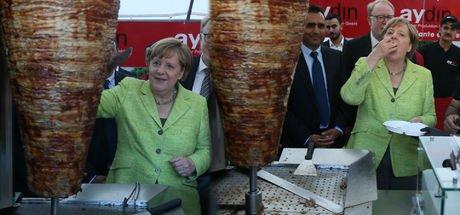 Almanya Başbakanı Angela Merkel döner kesti