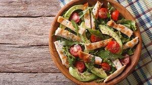 Tavuklu avokado salatası nasıl yapılır? Tavuklu avokado salatası ve malzemeleri...