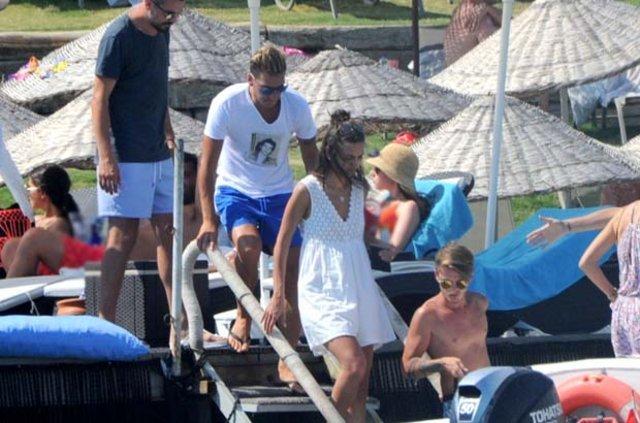 Mesut Özil ile Amine Gülşe tatile devam ediyor