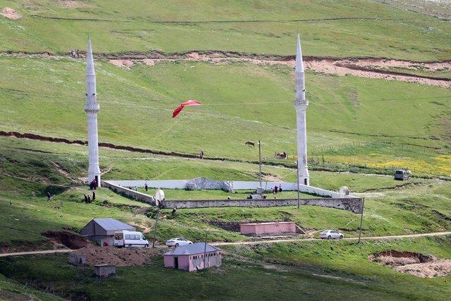 556 yıllık tarihi Kadırga açık hava camisinde yaylada çimen üzerinde namaz kılınıyor
