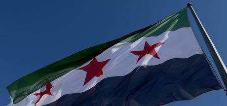 """Suriye'nin Türkiye sınırına """"devrim bayrağı"""" asıldı"""