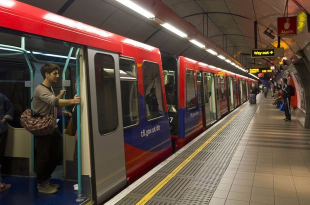 Metrodaki tehlike! Frene her basıldığında zehir soluyorlar...