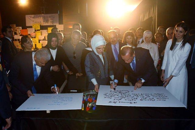 Cumhurbaşkanı Erdoğan ve Başbakan Yıldırım, 'Meydanların Dili Sergisi'ni gezdi