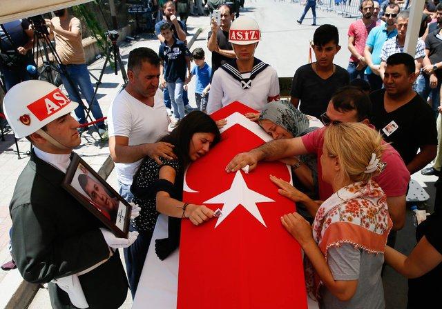 Manisa'da şehit edilen er Onur Sünnüoğlu ve er Hüseyin Tolga Hepgül İzmir'de defnedildi