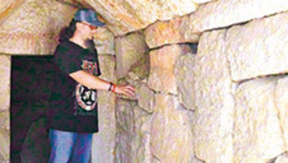 Defineciler tarihi mezarı talan etti