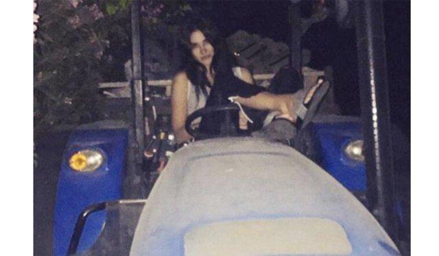 Asena Atalay'ın lüks hayatı geçmişte kaldı! Lamborghini'den indi traktöre bindi...