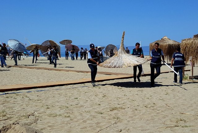 Balıkesir Sarımsaklı Plajı'da izinsiz yayılan şezlongları belediye ekipleri kaldırdı