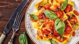 Domates soslu tortellini nasıl yapılır? Domates soslu tortellini tarifi ve malzemeleri...